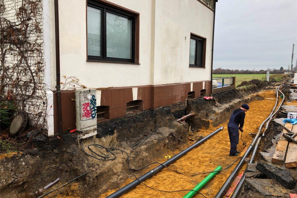 Im Bereich des Hauses Asselner Hellweg 2 verlaufen die Arbeiten unmittelbar an der Hauswand entlang