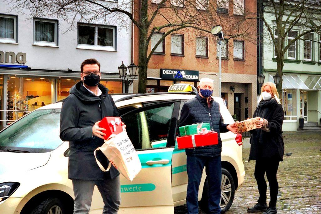 Stellen den Lieferservice vor (v.l.): Michael Kersting (Stadtmarketing), Rolf Salgert (Taxi Salgert), Kim-Laura Przybyla (Werbegemeinschaft).