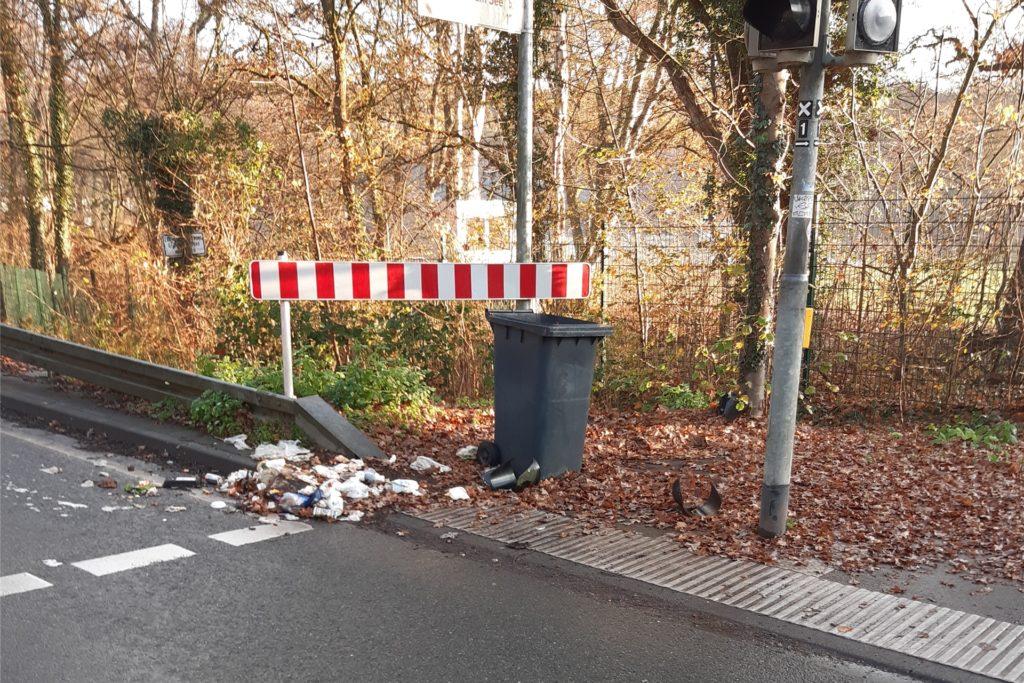 Nicht nur die Ampel wurde zerstört, auch Mülltonnen wurden an dieser Stelle umgetreten und ein Verkehrsschild herausgerissen.