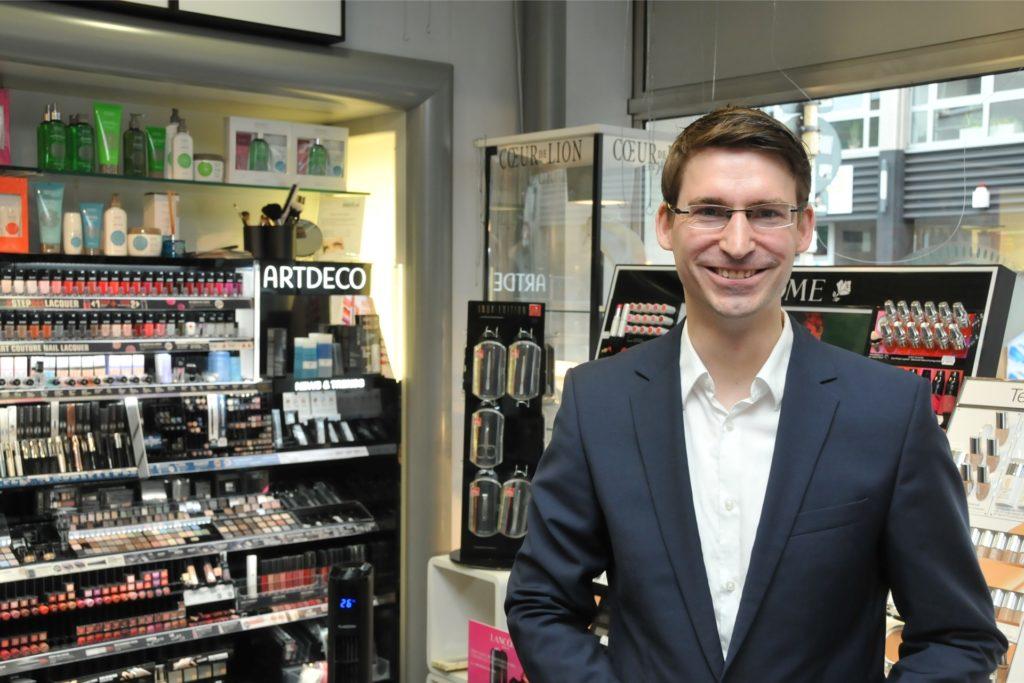 Thomas Tan ist Mitinhaber der Parfümerie Borgmann am Brackeler Hellweg. Völlig entsetzt stellte er am Mittwoch fest, dass Douglas eine Filiale in der Innenstadt trotz Lockdowns noch geöffnet hatte.
