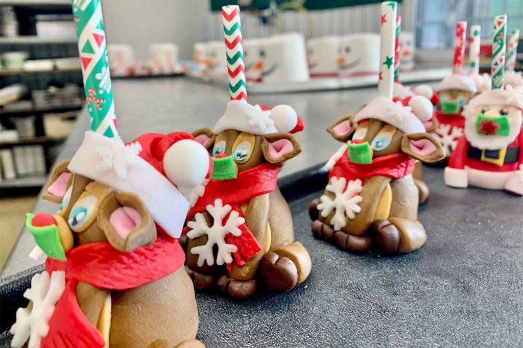 In Handarbeit entstehen auch die Cakepops in verschiedenen Variationen.