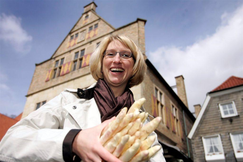 Carolin Brautlecht wirbt für den ersten Spargel, den es auf dem Werner Wochenmarkt gibt. Das Bild ist in der ersten Zeit als Wirtschaftsförderin im Frühjahr 2008 entstanden.
