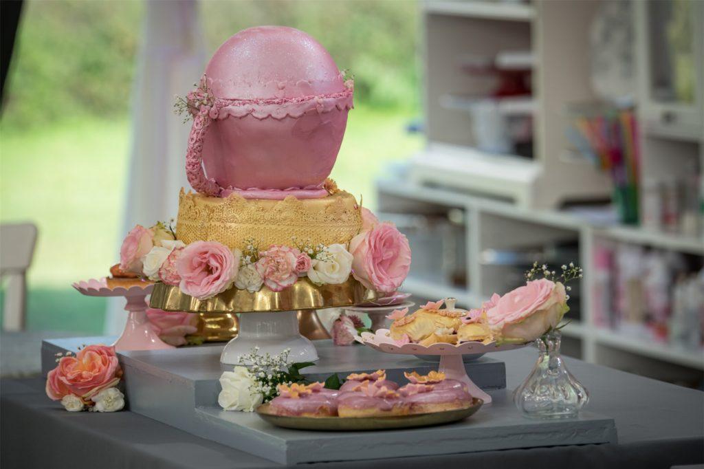 Saras Siegertrophäen-Torte: ein rosafarbener Pokal auf goldenem Sockel. Und eine Kalorienbombe. In beiden Kuchen wurde Buttercreme verarbeitet, in einem der beiden zusätzlich noch eine Mascarpone-Sahnecreme.