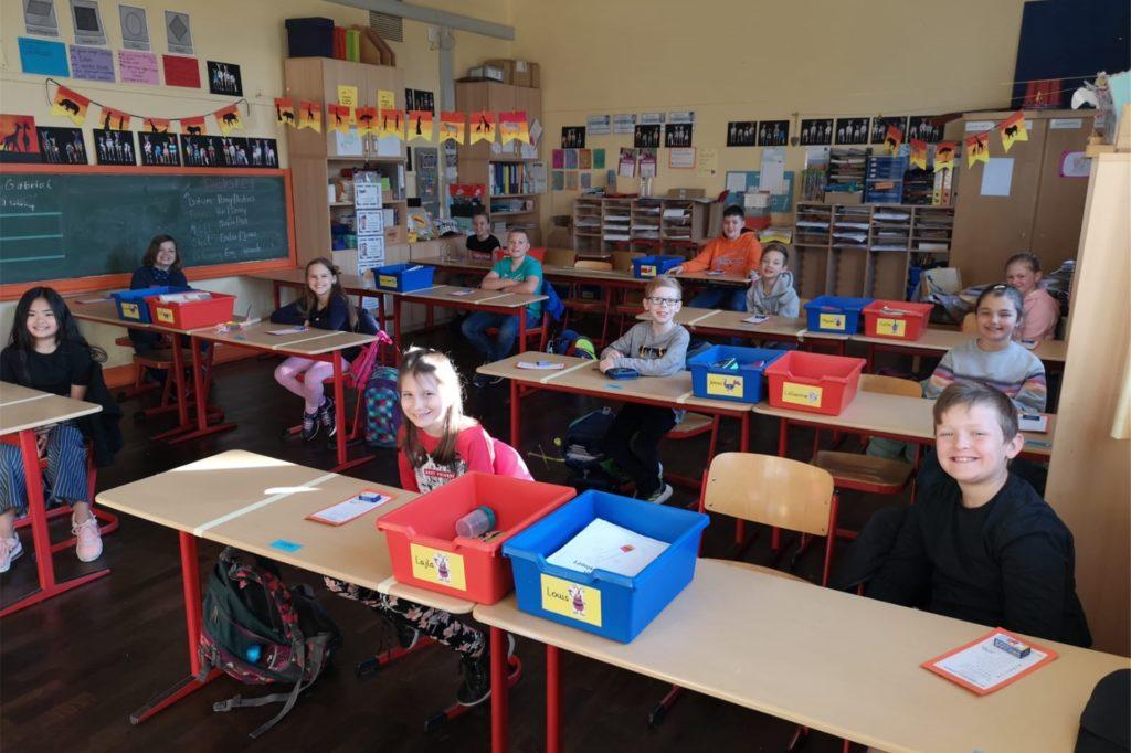Die jüngeren Schüler, wie hier in der Marktschule Ickern, gehen auch wieder zum Unterricht. Dabei halten sie sich an den Abstand zueinander.