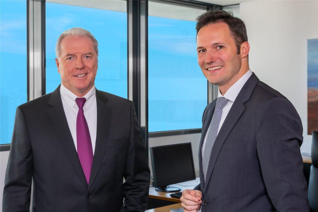 In der Dortmunder Volksbank vollzieht sich ein Generationswechsel. Vorstandsvorsitzender Martin Eul (l.) kündigt seinen Abschied an. Sein Nachfolger an der Spitze der Bank wird der 41-jährige Michael Martens (r.).