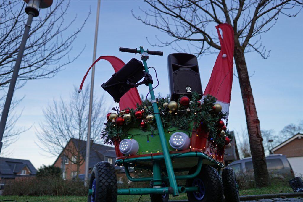Der weihnachtliche Bollerwagen macht mit seiner Dekoration richtig was her.