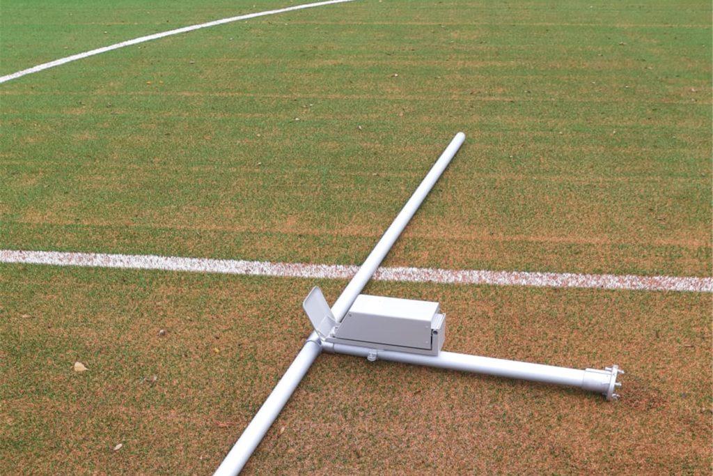 Die abgerissenen Geländer-Teile wurden in den Mittelkreis auf den Fußballplatz gelegt.