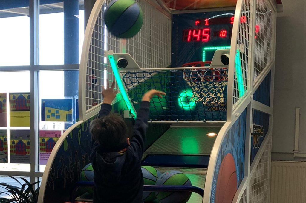 Der Basketballautomat soll helfen, den Bewegungsmangel zu lindern.