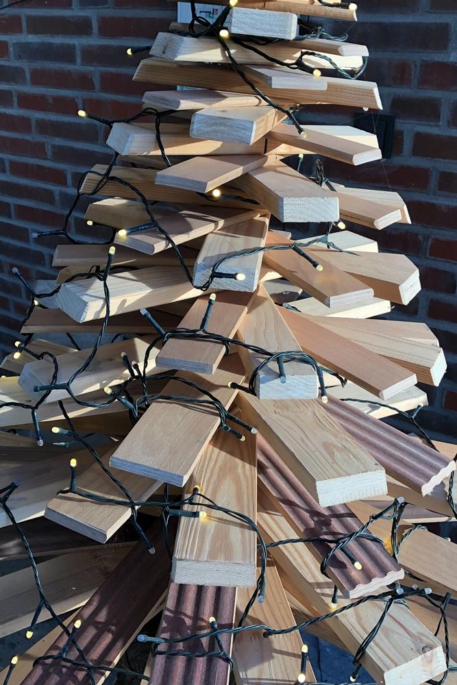 Diesen Weihnachtsbaum hat Heiner Höing aus Lattenresten erstellt und eine Lichterkette drumherum gewickelt.