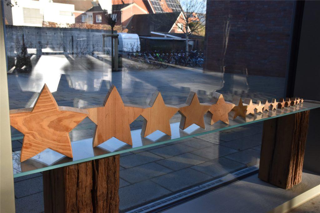 Eine Sternenreihe begrüßt Schüler und Lehrer beim Eintreten in die Schule.