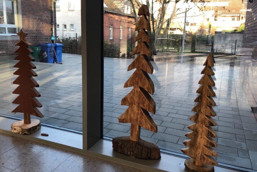 Drei Tannenbäume aus verschiedenen Hölzern - auch die hat Heiner Höing von zu Hause mit in die St.-Vitus-Schule gebracht, damit Kinder und Erwachsene Freude daran haben.