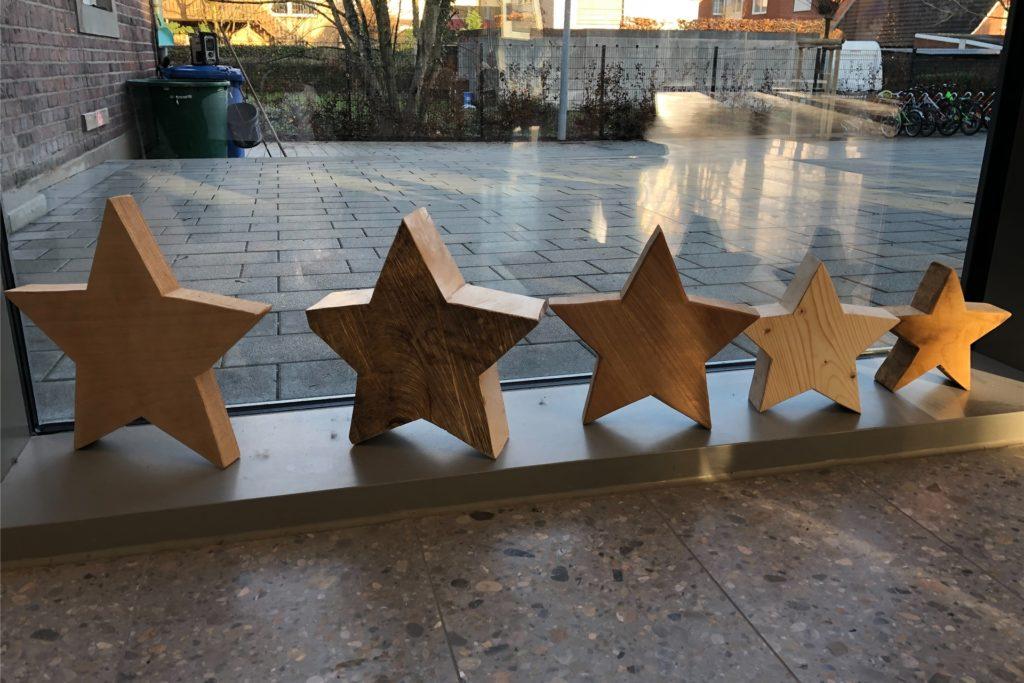 Fünf Sterne - fünf Holzarten. Da können die Kinder noch was vom Hausmeister lernen in Pausengesprächen.