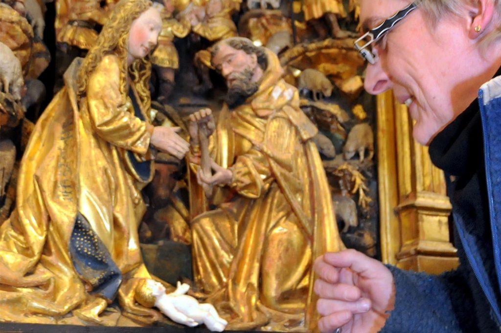 Allein bleiben das Jesuskind und die Heilige Familie in dem Antwerpener Schnitzaltar der Viktorkirche an Weihnachten.