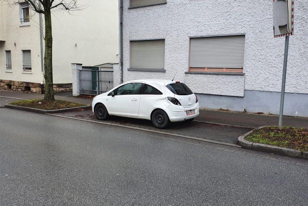 Ordnungsgemäß in einer Parkbucht in Höhe der Kreuzung Rosenweg/Roonstraße/Zum großen Feld war der Opel Corsa abgestellt gewesen.