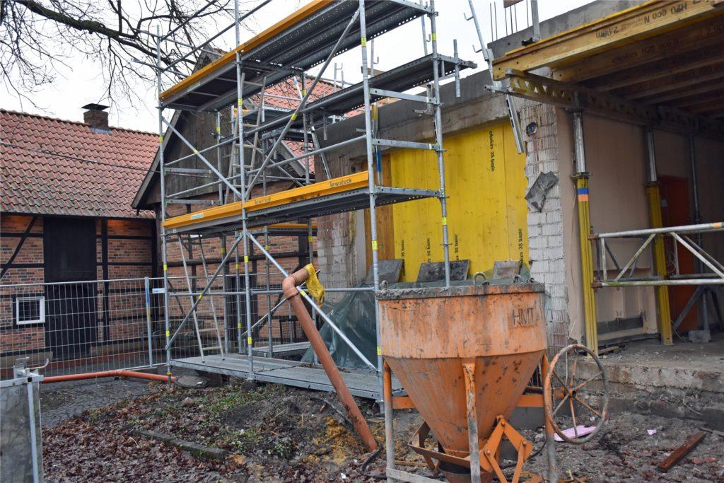 Neues entsteht neben historischem Gemäuer: Der Kindergarten schließt direkt an einen der Speicher der Hunnenporte (links) an.