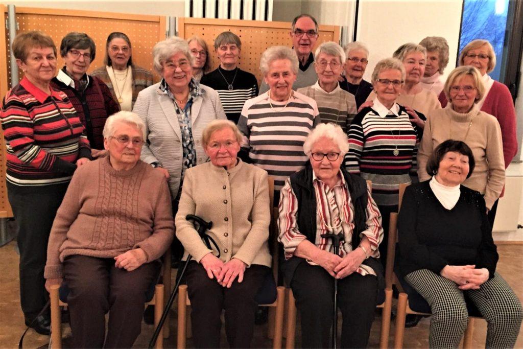 Ihre Seniorengruppe hält Barbara Holler auch in der Corona-Krise zusammen. Dieses Foto zeigt die Frauen mit Bruder Klaus aus dem Franziskanerkloster, der sie lange vor der Corona-Krise besucht hatte.