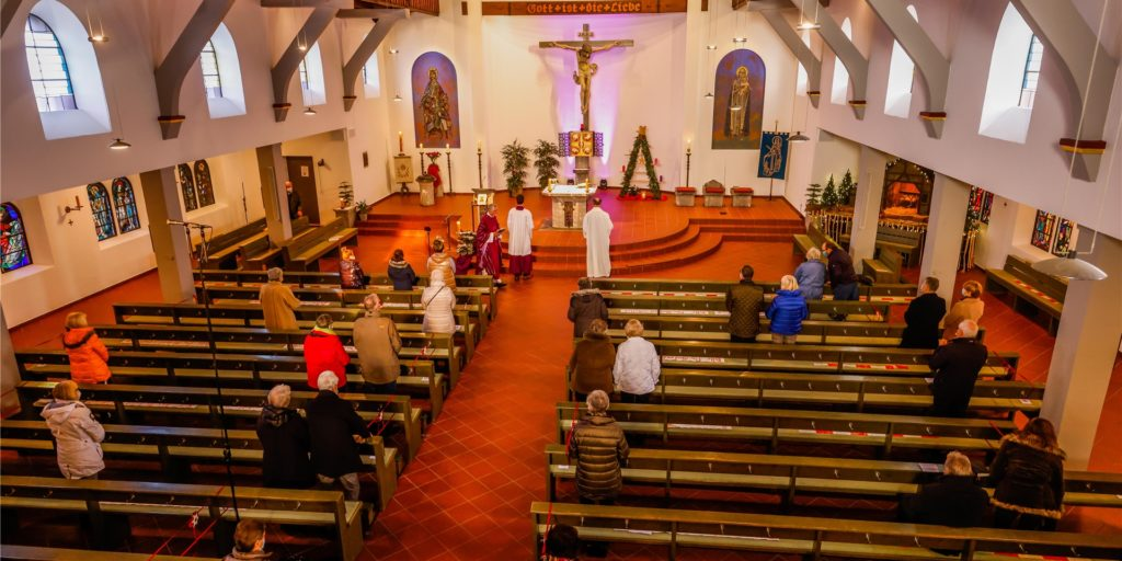 Rund 40 Gläubige waren beim Gottesdienst am 1. Advent in der St.-Elisabeth-Kirche Castrop-Rauxel, rund 200 zu Hause an den Bildschirmen.