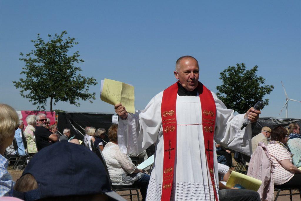 Während des ökumenischen Pfingstgottesdienstes mischte sich Pastor Ulrich Franke immer wieder unter die rund 350 Besucher.
