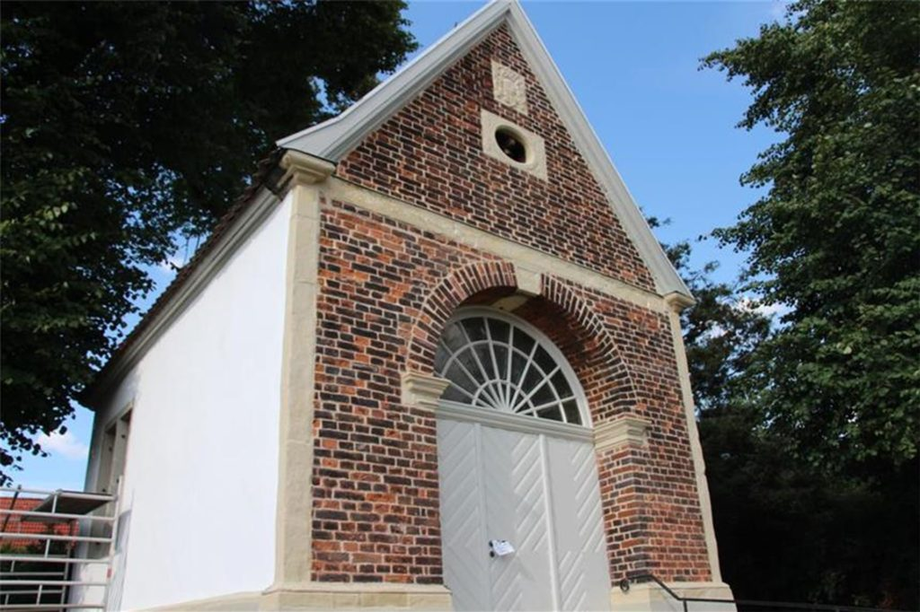 Das ist die Hasseler Kapelle an der Lüner Straße in Selm-Bork (B236). 2017 wurde sie restauriert. Die Tür ist meistens verschlossen. Das hat aber nichts mit dem Untoten zu tun, der dort des nachts herumgegeistert sein soll.