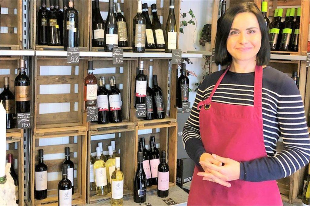 Iryna Lyshtva vom Weinverkauf Uecker hat speziell für Weihnachten verschiedene Präsentkartons und -körbe sowie Geschenktüten gepackt. Dieses Foto ist aus der Zeit vor Corona, deshalb trägt sie hier keine Maske.