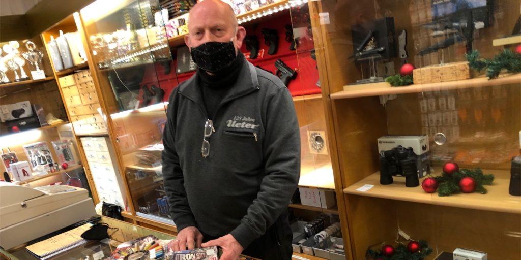 Michael Peters bietet seit 30 Jahren im Geschäft Ueter in Werne Pyrotechnik, Leuchtspurmunition und Schreckschusswaffen an. Das ist in diesem Jahr auch nicht anders. Seinen Liefer-Service nutzen nun nicht nur Stammkunden, erzählt der 60-Jährige.