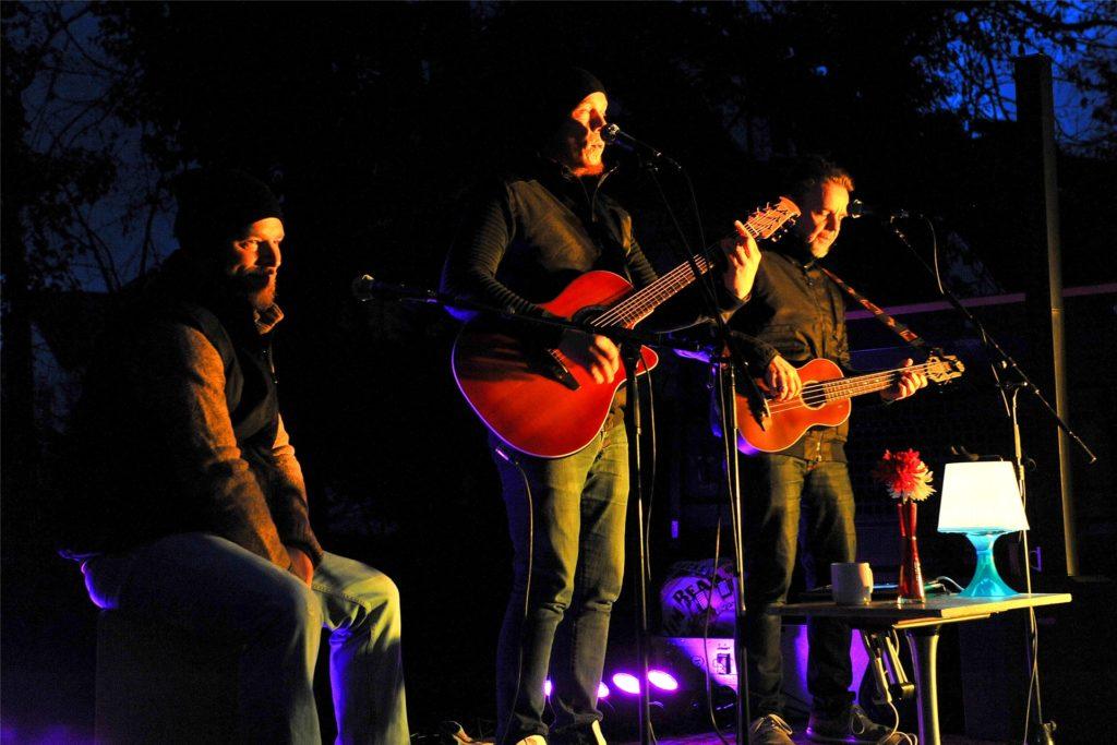 Die Gruppe &Band gab an jedem Adventssontag zwei 45-minütige Auftritte und wechselte dazwischen immer den Bühnenort.