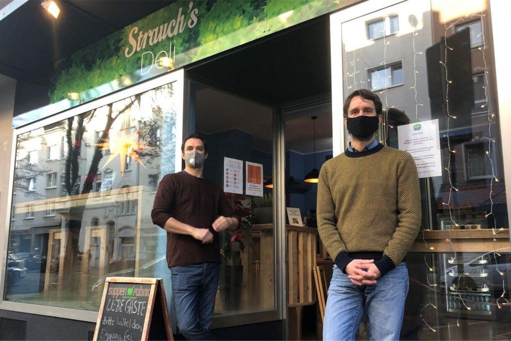 """Mit seinem Bruder Christoph (l.) hat Martin Strauch mitten in der Corona-Krise das kleine Restaurants Strauch's Deli am alten Standort der Suppenfabrik in Dortmund eröffnet. """"Das Jahr war eine Achterbahnfahrt"""", sagen beide."""