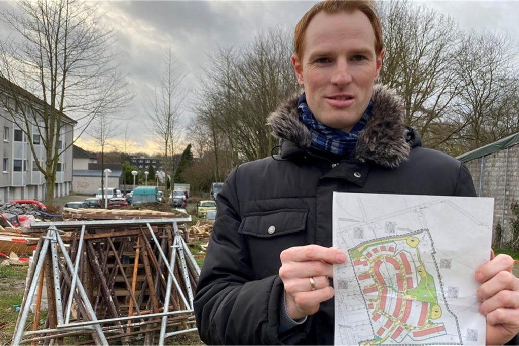 Julian Mika zeigt die Pläne für die Bebauung. Nun wurden sie endlich verwirklicht.