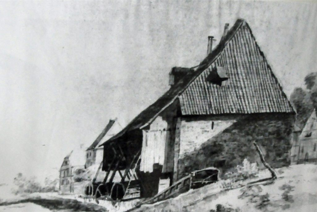 Die Adener Mühle war ursprünglich über die Seseke gebaut worden, damit das Wasser das Mühlrad antreiben konnte. Nach der Zerstörung durch das Hochwasser wurden die Hauptgebäude der Mühle an den beiden Uferseiten neu aufgebaut.