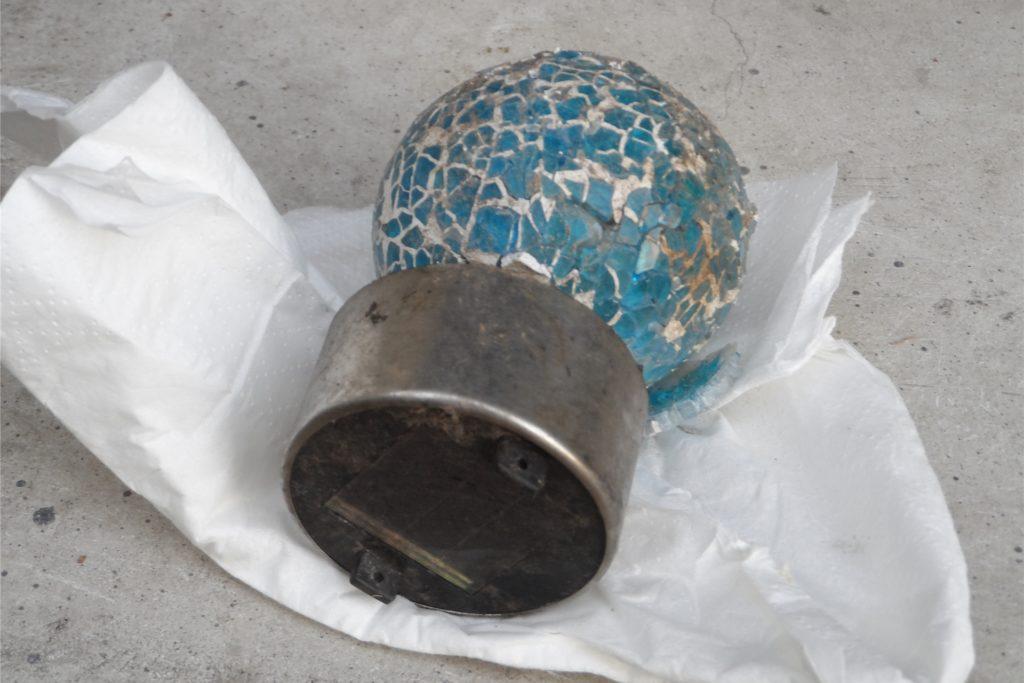 Bruno Schreurs vom Förderverein Lanstroper Ei hat diese kaputte Lampe vor dem Lanstroper Ei gefunden. Ist sie von oben heruntergefallen?