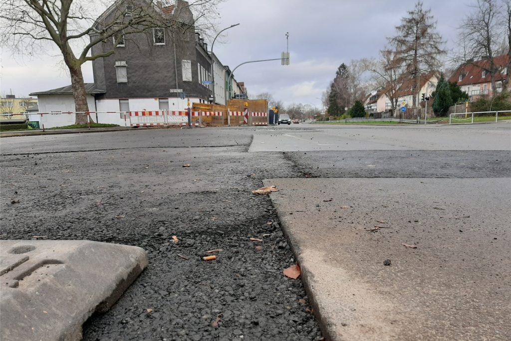 Noch gilt es vor allem für Fußgänger und Radfahrer, auf solche Stolperkanten zu achten. Neu asphaltiert wird voraussichtlich im Frühjahr.