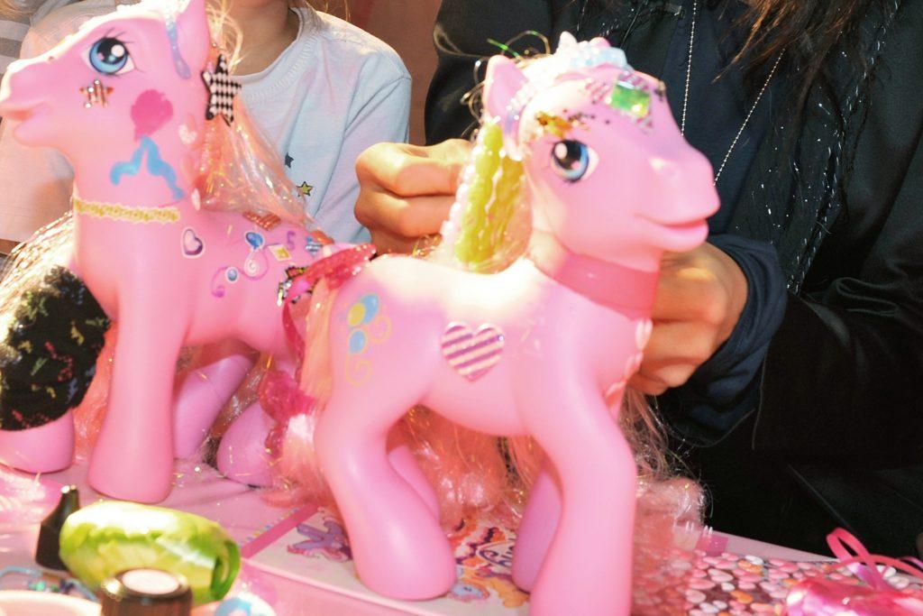 """Ein Spielzeug ähnlich wie dieses """"My little Pony"""" bekam eine Facebook-Userin zu Weihnachten geschenkt. Das Regina-Regenbogen-Pferd konnte man seinerzeit gar nicht so leicht kaufen."""