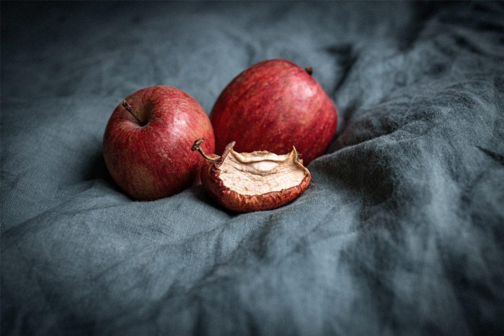 """Ein Geschenk mit ganz großer Geste. Einen schrumpeligen Apfel wie diese hier bekam Renate Popper in den Nachkriegsjahren von ihrem kleineren Bruder geschenkt. """"Es war das großherzigste und schönste Weihnachtsgeschenk meines Lebens"""", sagt die heute 90-Jährige."""