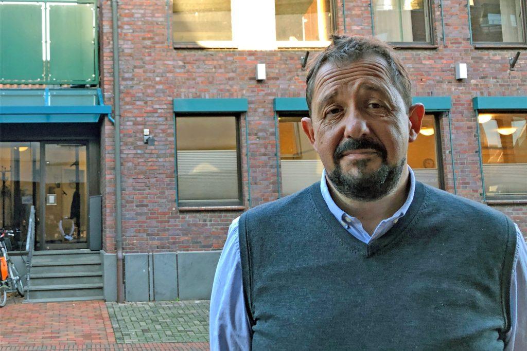 Stefan Stenert, Leiter der Flexiblen Hilfen Stadtlohn/Gescher der Evangelischen Jugendhilfe Münsterland vor dem neuen Domizil in der Klosterstraße.