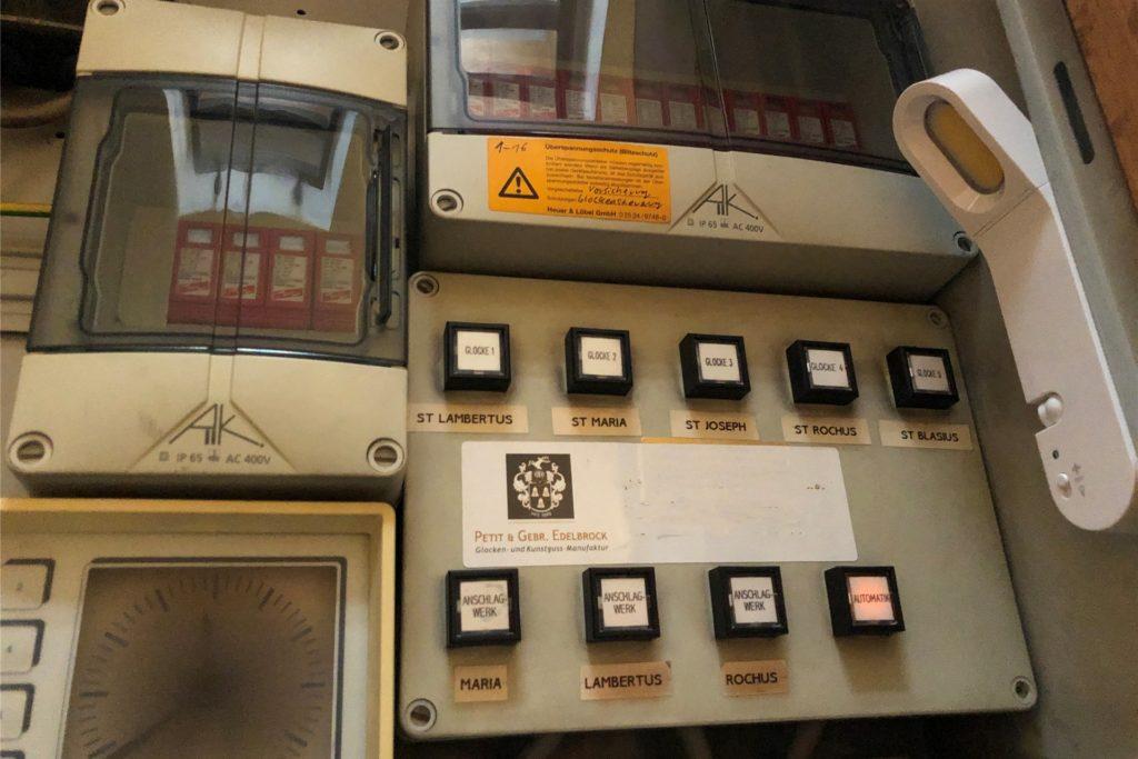 In einem Nebenraum der Lambertuskirche wird Glockengeläut gesteuert. Hier ist nichts digital. Manches kann programmiert werden, manches macht der Küster per Hand.