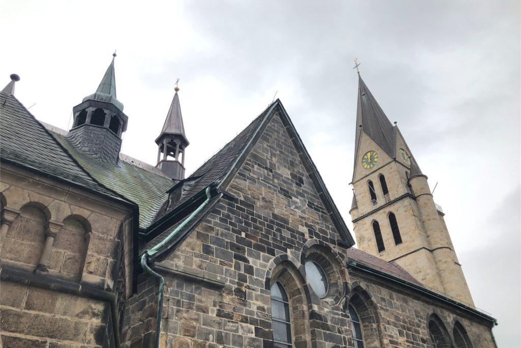Im Kirchturm hängen fünf Glocken, in den beiden Reitern sollen 2021 auch wieder Glocken installiert werden.