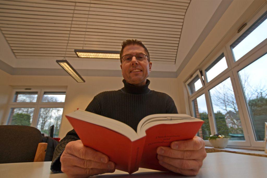Aufgrund des strengen Schutz-Konzepts hält Pfarrer Hubert Werning an den Präsenz-Gottesdiensten im Pastoralverbund Dortmund-Nord-West fest.