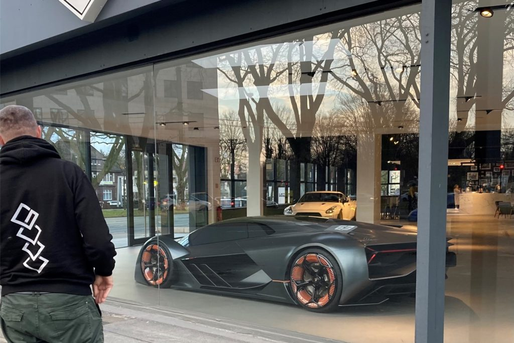 Die ersten Ausstellungsstücke des geplanten Automuseums wie dieser Lamborghini ziehen schon jetzt viele Autofans an.