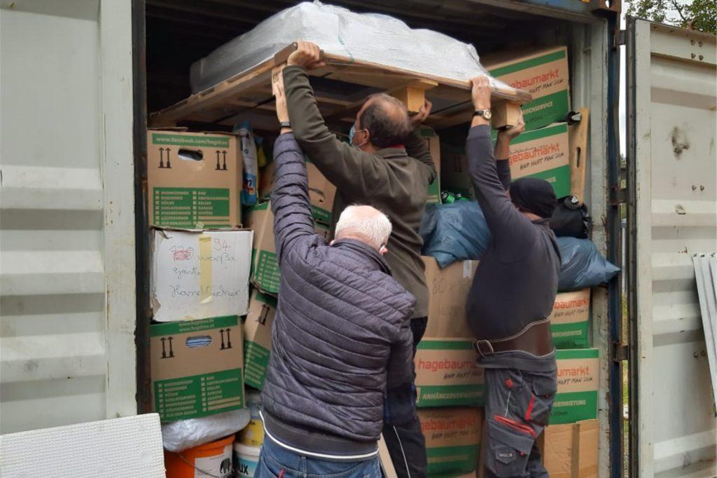 Die Seecontainer sind voll beladen. Das ordentliche Packen ist in Corona-Zeiten jedoch schwierig. Es bräuchte viele helfende Hände, doch derzeit sind sogar nur zwei Personen erlaubt.
