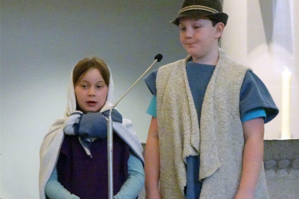 Maria und Josef beim Krippenspiel in St. Monika Ergste werden 2020 von einem Geschwisterpaar gespielt.