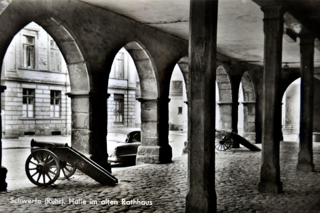 Die Kanonen richten ihre Rohre durch die offenen Torbögen auf die Brückstraße: So kennen viele noch die früher offene Halle des Ruhrtalmuseums.