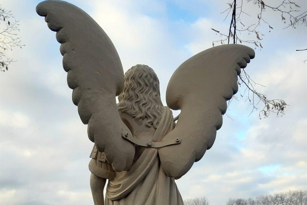 Die Figur des Heiligen Michael an der Skulptoura ist aufwändig dargestellt - mit ausladenden Flügeln.