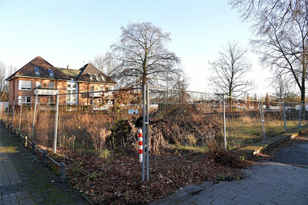 """Hier stand einmal die alte Stadtvilla. Vermutlich soll hier """"hochwertige Wohnbebauung"""" entstehen. Das 1000 Quadratmeter große Grundstück grenzt direkt an die ehemalige Mercedes-Fläche in der Lüner City."""