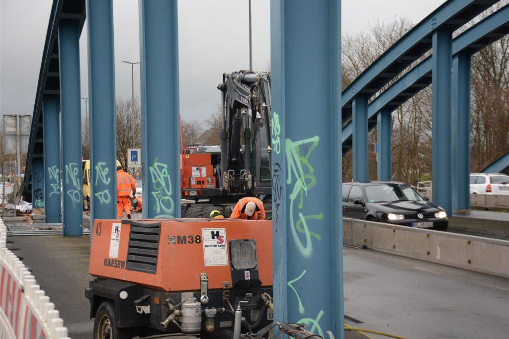 Die Fahrspur Richtung Stadt wurde wegen der Bauarbeiten an der Kanalbrücke verengt, deswegen staut sich davor zu Hauptverkehrszeiten der Durchgangsverkehr.