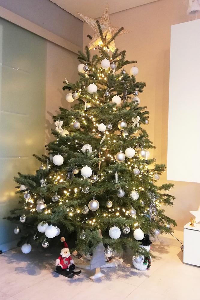 Irma Warych schmückt ihren Baum schon Wochen vor Weihnachten.