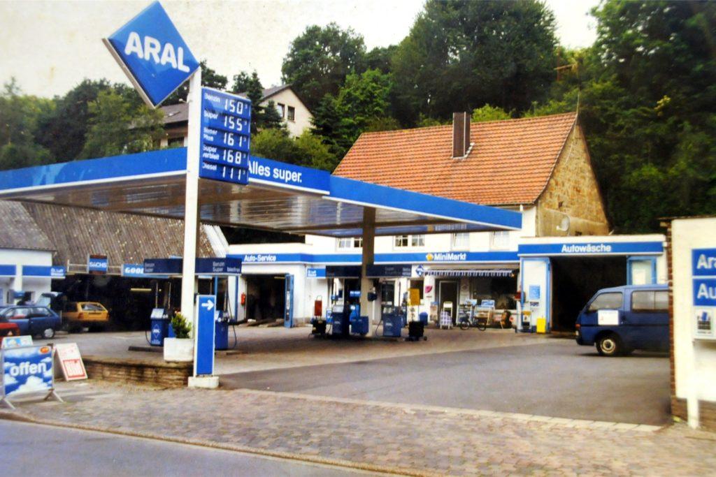 Jahrzehntelang gab es am Autohof Matschullies an der Reichshofstraße Aral-Benzin. Das Foto ist noch in D-Mark-Zeiten entstanden.