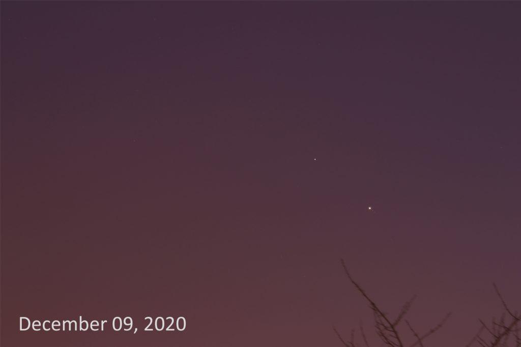 Jupiter und Saturn stehen sich so nahe wie seit Jahrhunderten nicht mehr. Das Foto zeigt die Planeten knapp zwei Wochen vor der nähesten Begegnung.