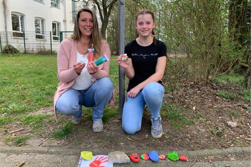 Sandra Frerich und Tochter Leonie haben die Mutmacher-Aktion mit den bunten Steinen in Stockum gestartet und in der Krise so für spielerische Ablenkung gesorgt.