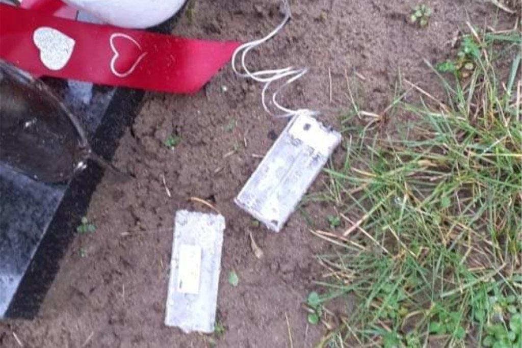 Die Diebe haben auch am Grab der Familie Burkhardt zugeschlagen und die Batterien gestohlen.