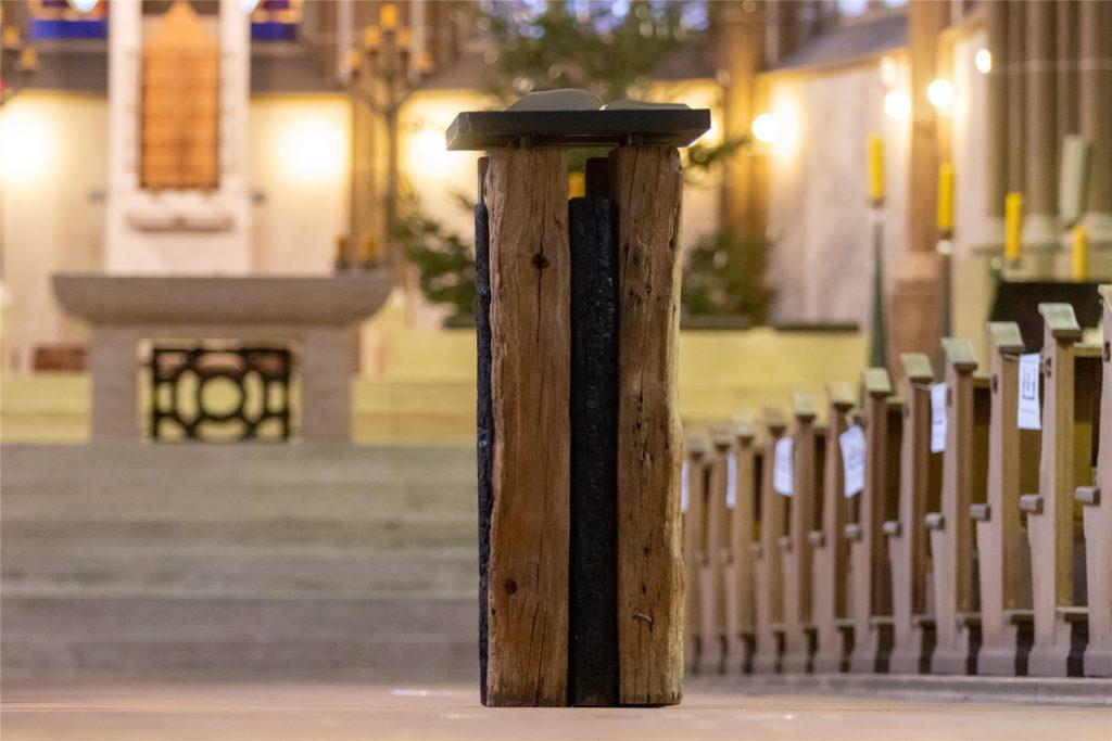 Die Evangeliar-Stele in der Kirchenmitte
